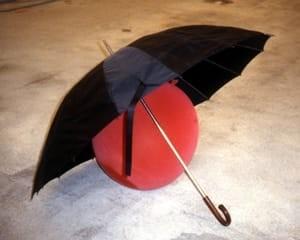 Kugelsicherer Regenschirm von Roman Signer
