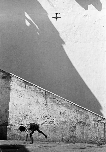 Thomas Hoepker, Boy in Street, Naples, Italy, 1956