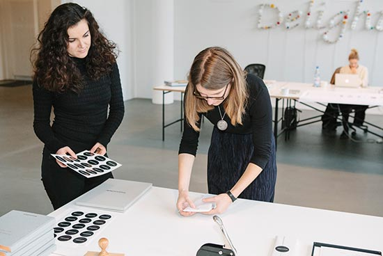 Website Administratorin Anastasija Zajceva und Redakteurin Anne Erhard