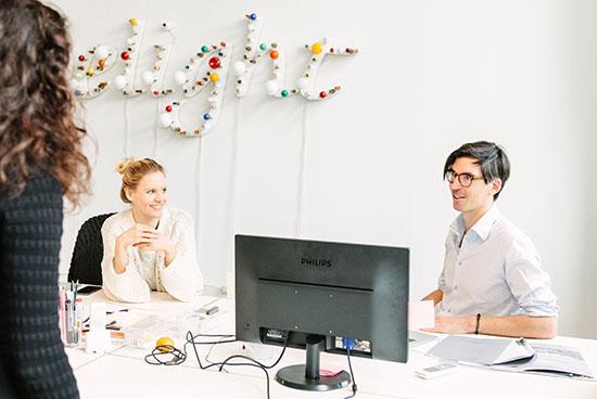 Produktmanagerin Katja Taylor und Senior Editor Duncan Ballantyne-Way