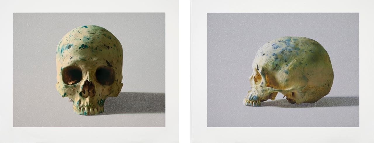 Links: Damien Hirst, Studio Half Skull, face on, 2009, Siebdruck. Rechts: Damien Hirst, Studio Half Skull, half face, 2009, Siebdruck
